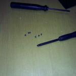 Los diminutos tornillos que fijan la pantalla al chasis